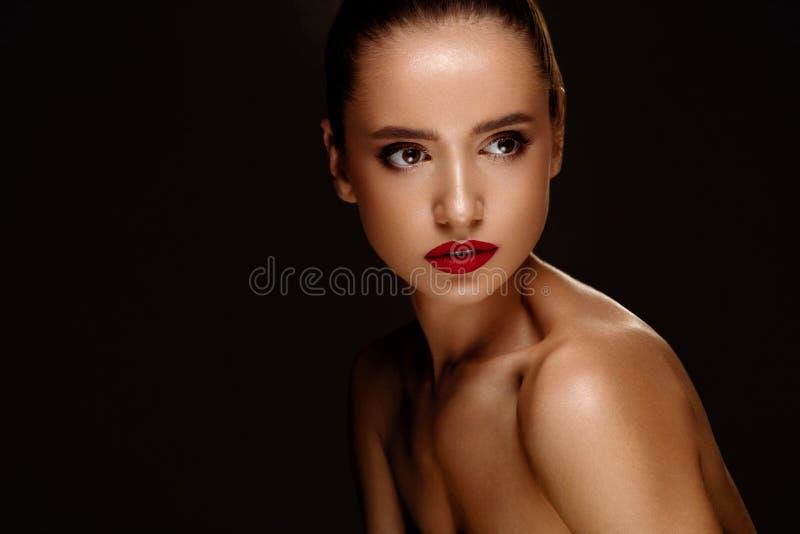 sexig stående för makeup för ferie för skönhetmodeflicka Kvinna med härlig makeup, röda kanter arkivbild