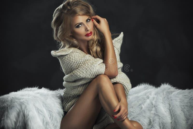 Sexig strikt kvinna med röda kanter royaltyfria bilder
