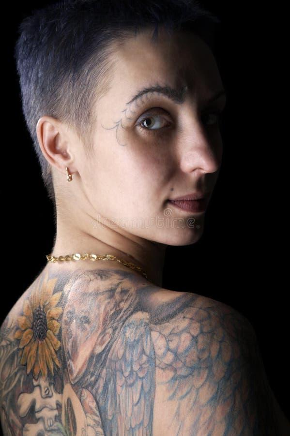 sexig tatueringkvinna royaltyfri bild