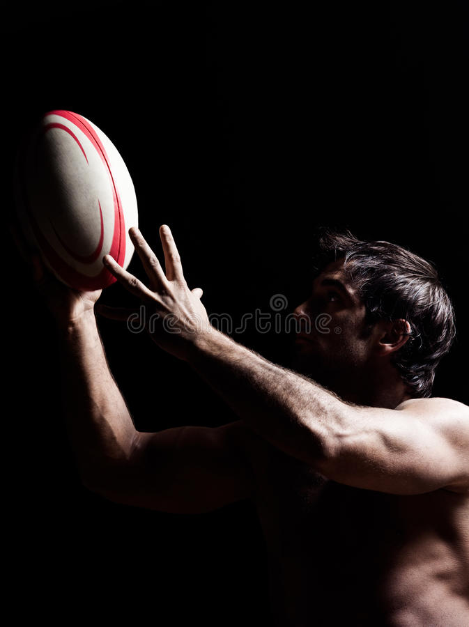 Sexig topless rugbymanstående arkivfoto