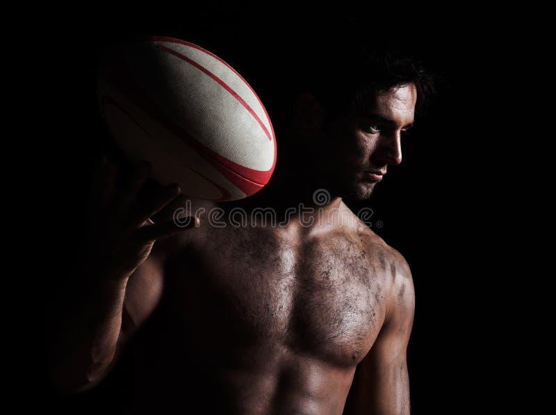 Sexig topless rugbymanstående royaltyfri fotografi