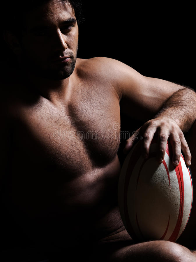 Sexig topless rugbymanstående royaltyfri bild