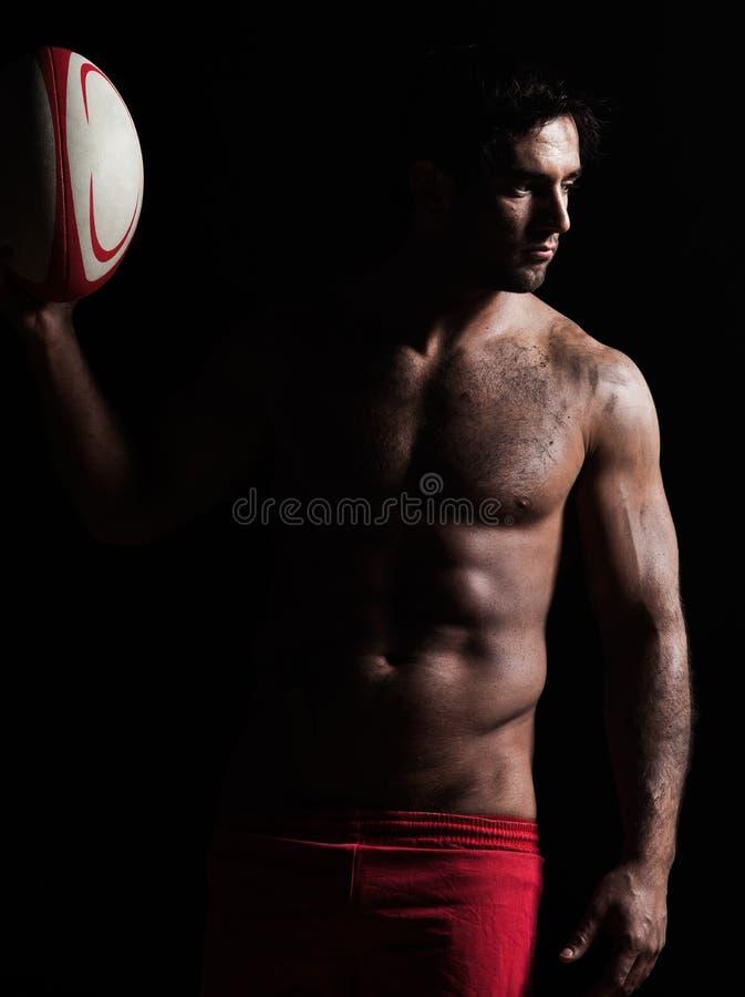 Sexig topless rugbymanstående arkivbild