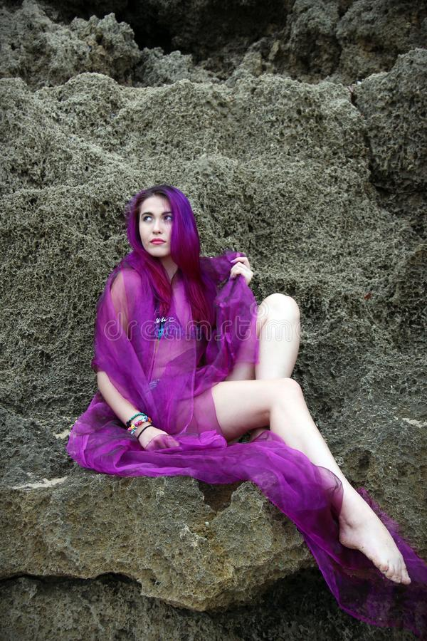 Sexig ung bikinimodell med långt purpurfärgat hår arkivbild