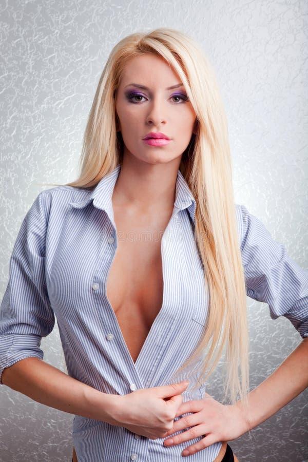 Sexig ung blond kvinna royaltyfri foto