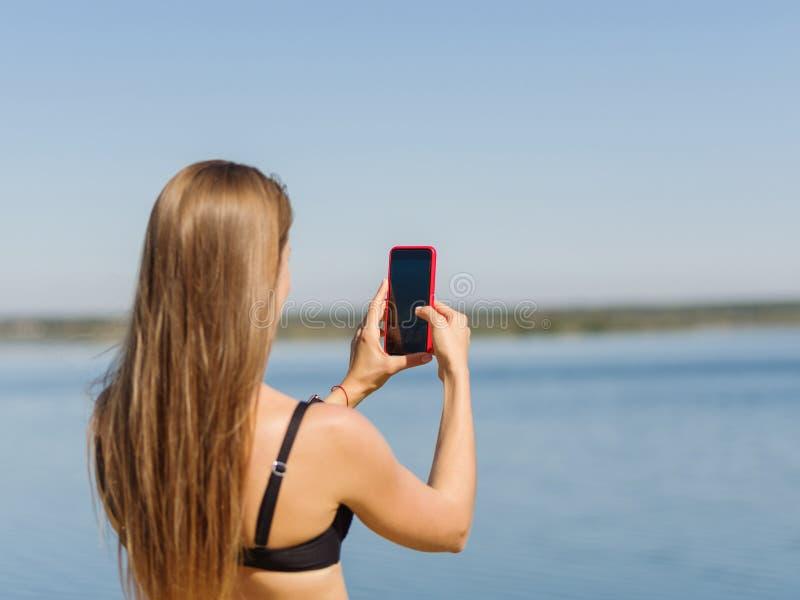 Sexig ung flicka nära pölen Sommarsemester utomhus fotografering för bildbyråer