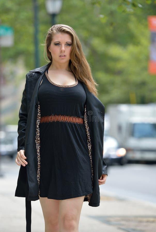 Sexig ung kvinna i den svarta klänningen - stadsmode fotografering för bildbyråer
