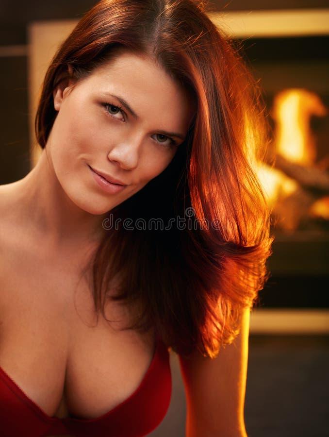 Sexig ung kvinna i röd behå royaltyfria bilder