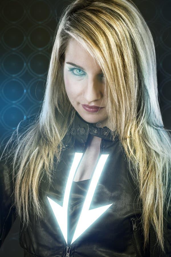 Sexig ung kvinna med blåa neonljus, framtida krigaredräkt, royaltyfri fotografi