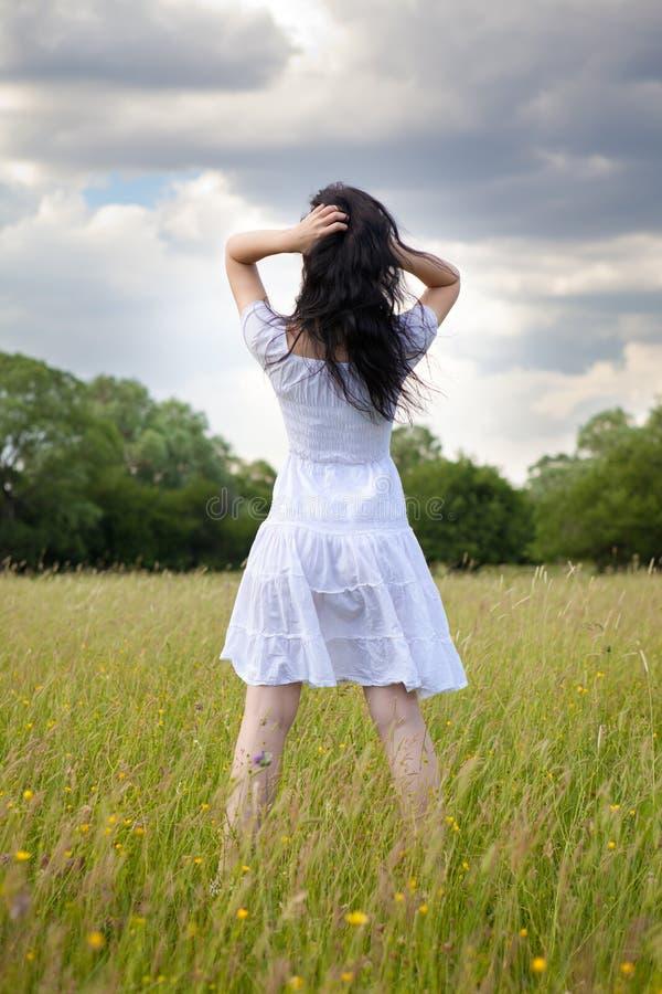 Sexig ung kvinna på gräsfält arkivbild