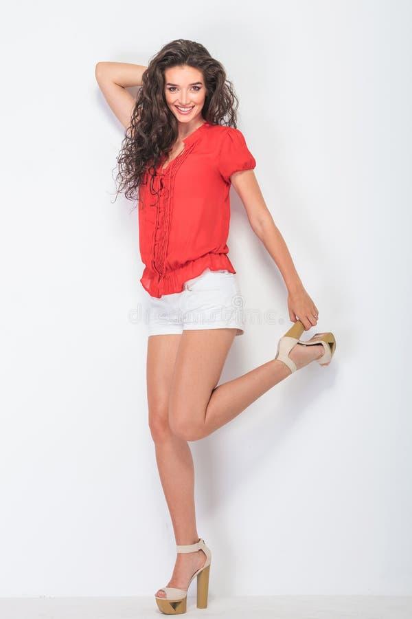Sexig ung kvinna som rymmer hennes häl arkivfoto
