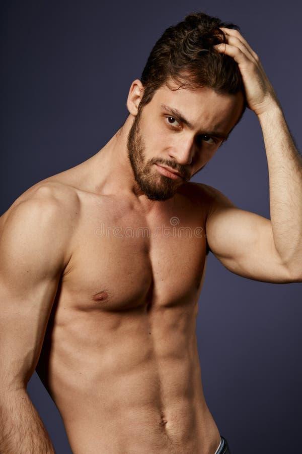 Sexig ung stilig man som visar hans nya frisyr arkivbilder
