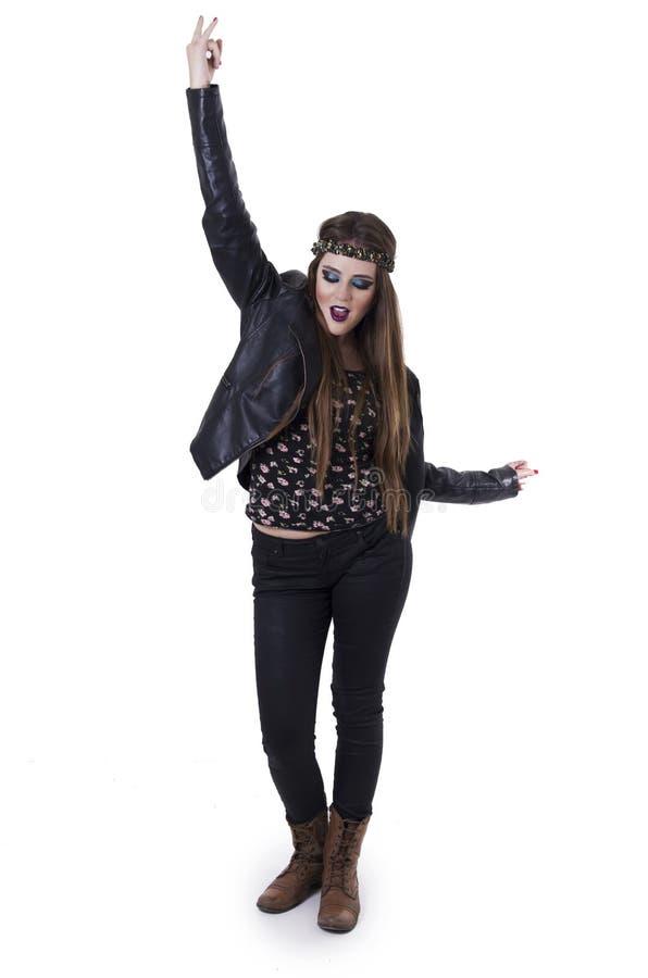 Sexig ung upprorisk vippapunkrockkvinna i läder fotografering för bildbyråer