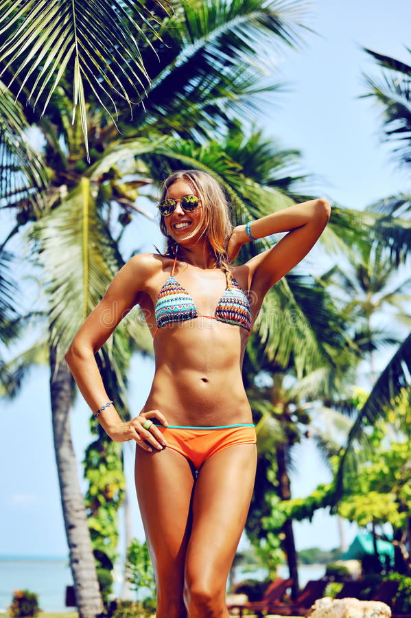 Sexig ursnygg blond kvinna i bikini Kvinnlig modellposin för mode arkivbild