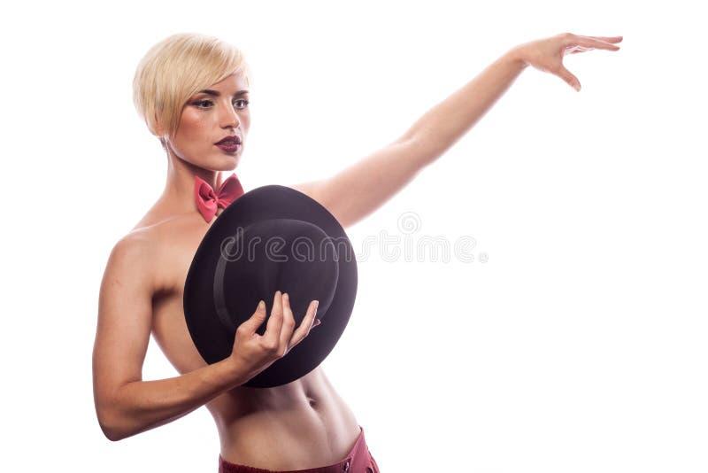 Sexig ursnygg kvinna som täcker henne bröst med en hatt royaltyfri fotografi