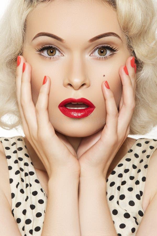 Sexig utvikningsflicka med det retro sminket, röd manicure arkivbilder