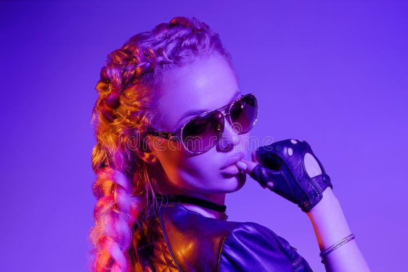 Sexig varm blondin, i damasker och att posera för överkant royaltyfri foto