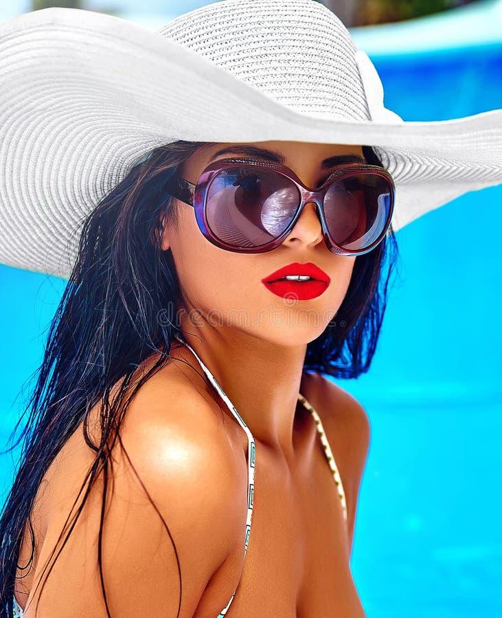 Sexig varm härlig flickamodell med mörkt hår i stilfull kläder fotografering för bildbyråer