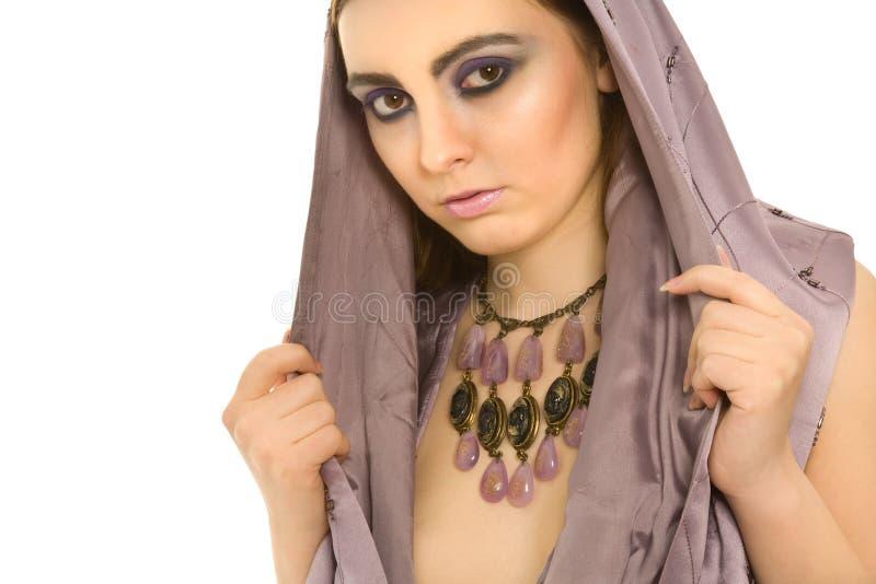 sexig violett kvinna för härliga smycken royaltyfri fotografi