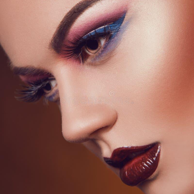 Sexig vuxen kvinnlig med sund hud i studio royaltyfri foto