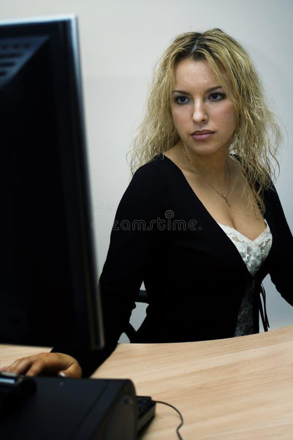 sexig working för blond dator arkivbilder