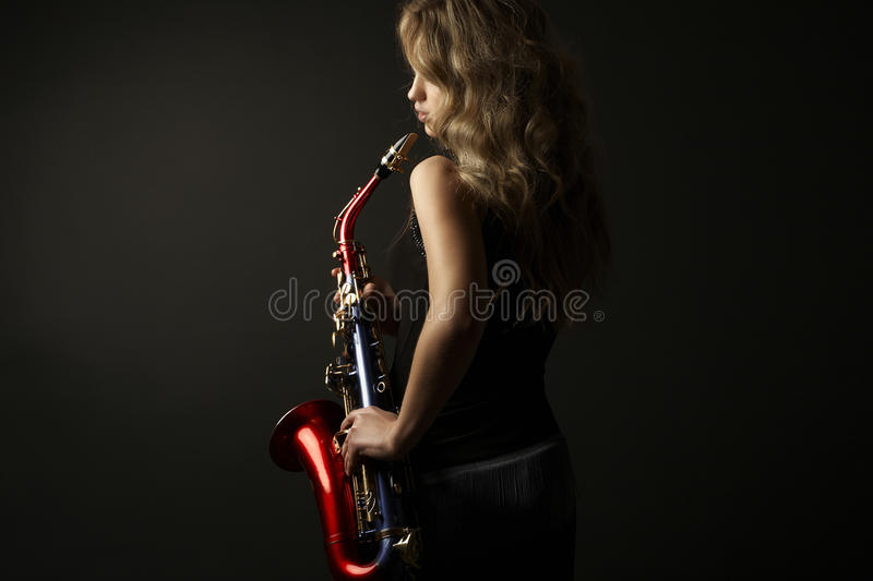 Sexiga attraktiva kvinnor med saxofonen arkivfoton