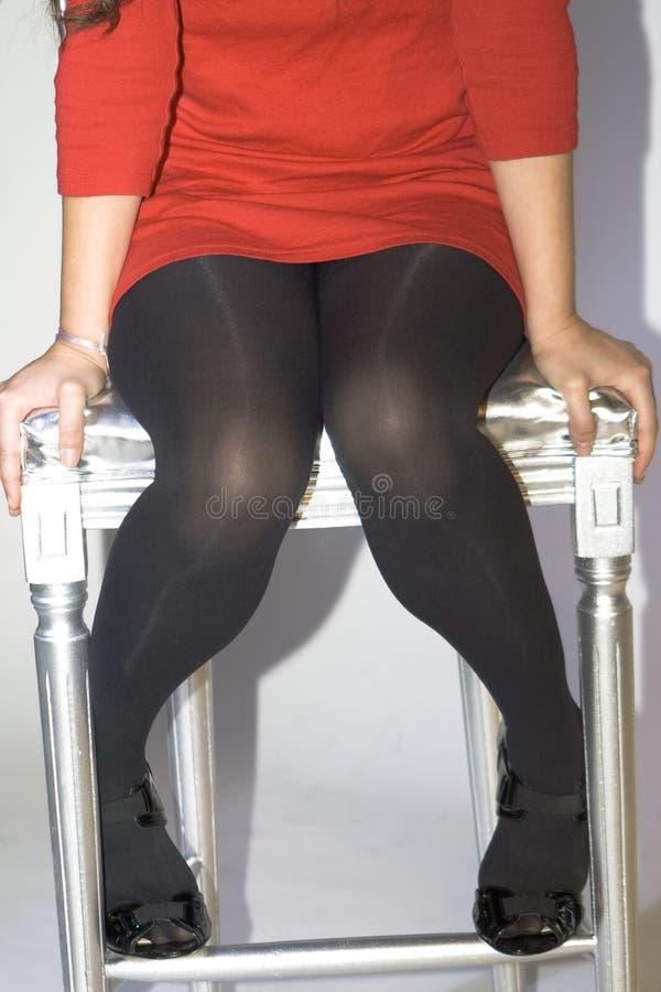 Sexiga ben i stol fotografering för bildbyråer