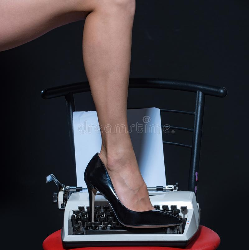 sexiga ben retro skrivmaskin modernt mode fetischkläderskor på benet av kvinnan förföra dig Förälskelseutbildning epilation fotografering för bildbyråer