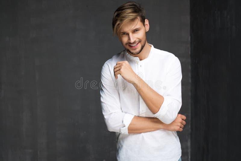 Sexiga Guy With ett leende arkivbilder