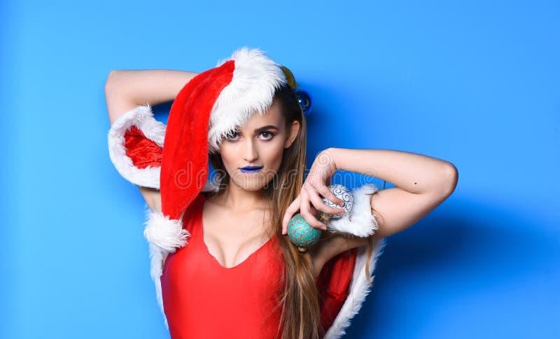 Sexiga juldräkter Jultomtenflickan som är sexig med, utgör Kvinnan attraktiva santa firar nytt år Röd baddräkt för flicka och royaltyfri foto