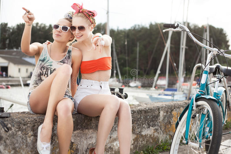 Sexiga kvinnor på en pir fotografering för bildbyråer