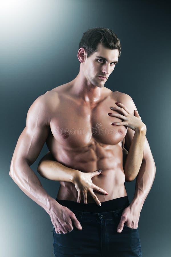 Sexiga muskulösa nakna man- och kvinnlighänder