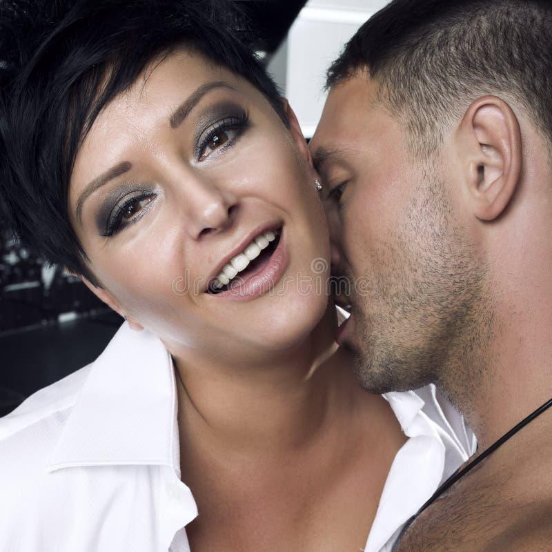 Sexiga par i kök royaltyfri bild