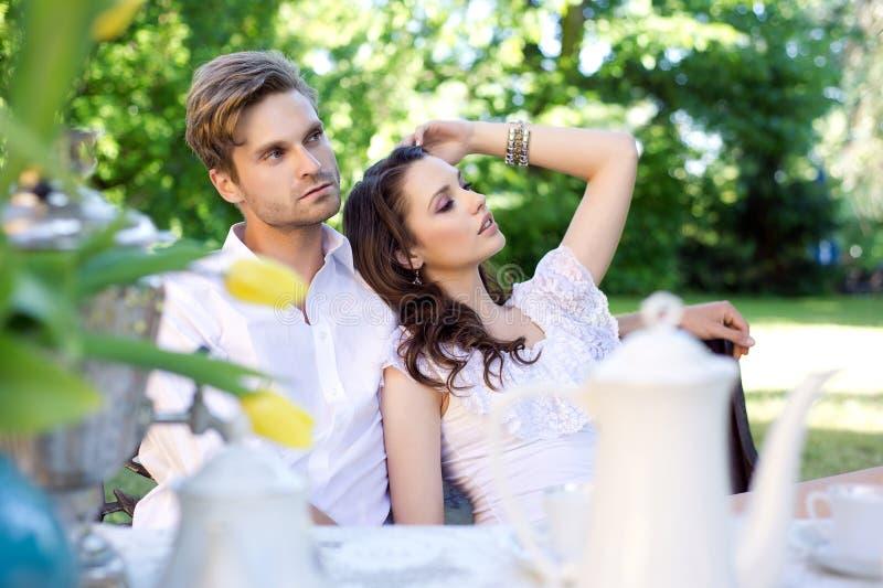 Sexiga par i trädgård arkivbilder