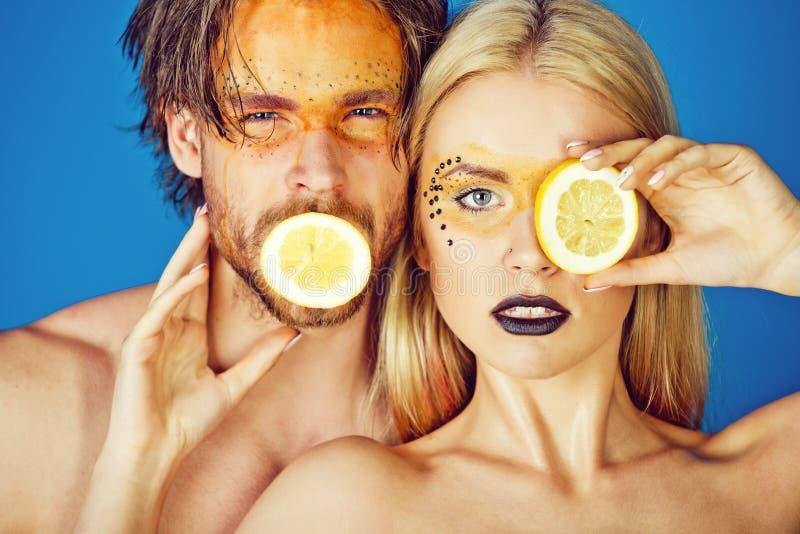 Sexiga par med citronerna royaltyfria bilder