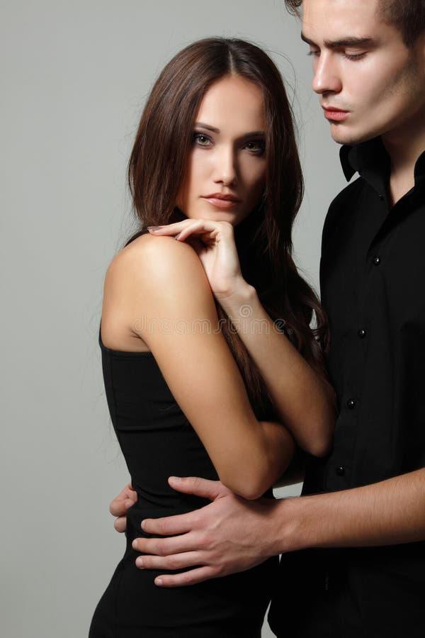 Sexiga passionpar, härlig ung man och kvinnacloseup, över arkivfoton