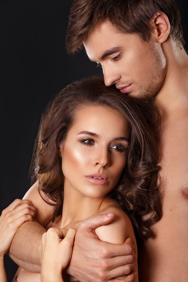 Sexiga skönhetpar Kyssande parstående Sinnlig brunettkvinna i underkläder med den unga vännen, passionerad parförspelcloseu royaltyfri foto