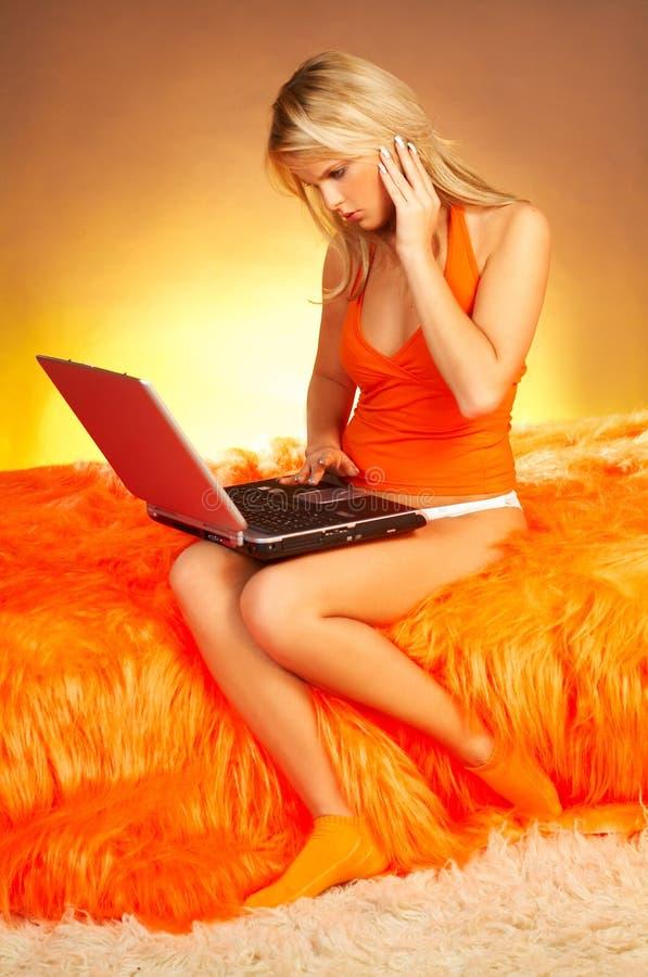 Download Sexigt Använda För Blond Compubärbar Dator Fotografering för Bildbyråer - Bild av rengöringsduk, skrivande: 511607