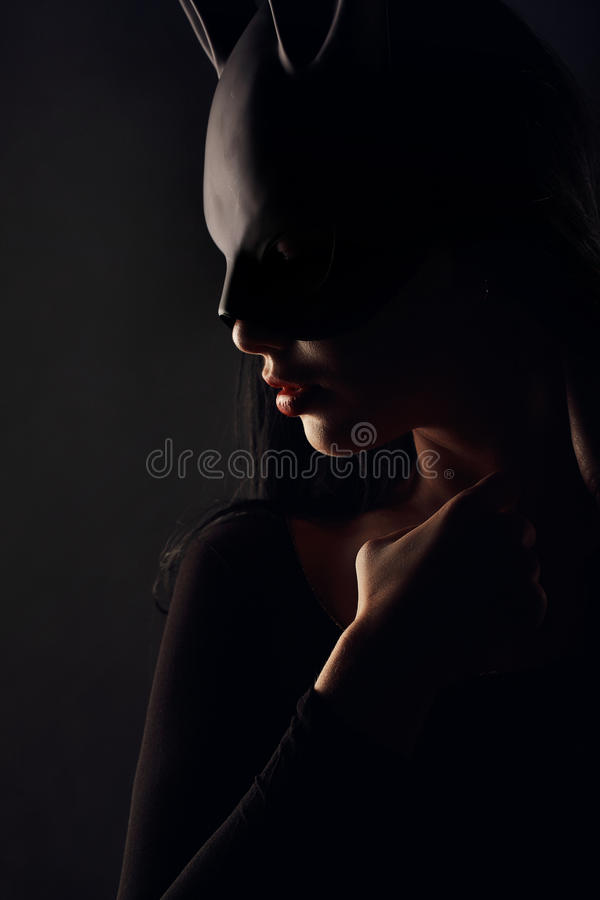 Sexigt, härligt, charma, woamn i svart kaninmaskering och elegant klänning arkivbilder