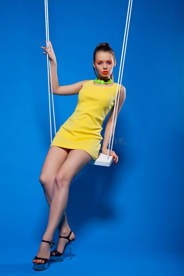 Sexigt kvinnaleende på swing med uv smink arkivbild