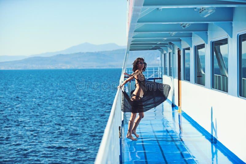 Sexigt kvinnalopp förbi havet och att koppla av Marin- resande- och fartygtur Mode- och skönhetblick Flicka på skeppdäck in arkivfoton