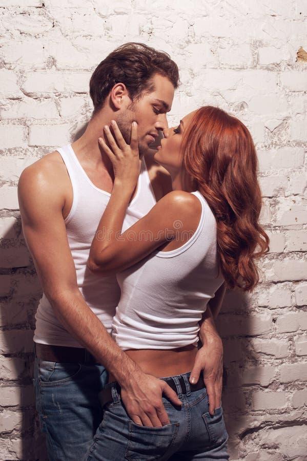 Sexigt kyssa för par. royaltyfri bild