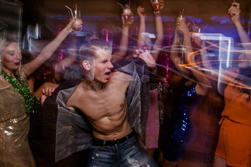 Sexigt macho på dansgolv royaltyfria foton
