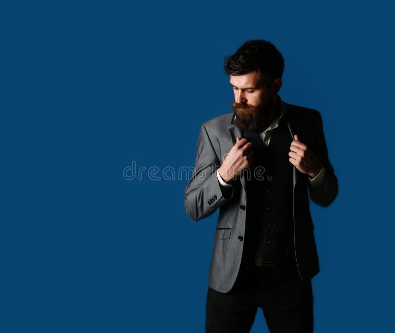 Sexigt manligt brutalt macho, hipster Stilig skäggig affärsman i klassisk dräkt Man i dräkt, man i smoking, stilfull man arkivfoto