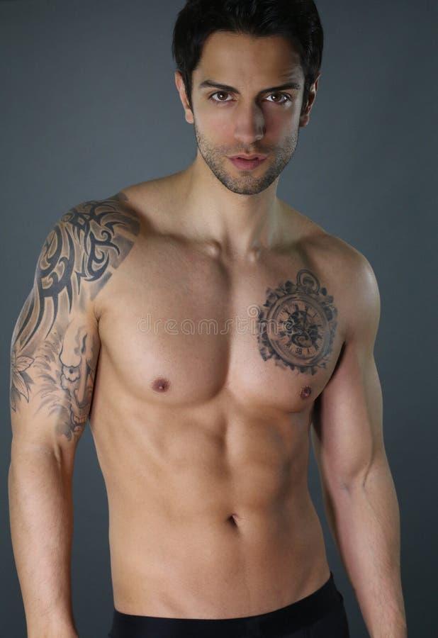 Sexigt posera för grabb som är shirtless fotografering för bildbyråer