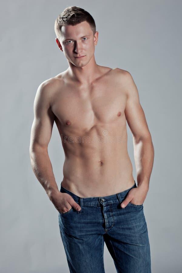 Sexigt posera för man som är shirtless royaltyfria foton