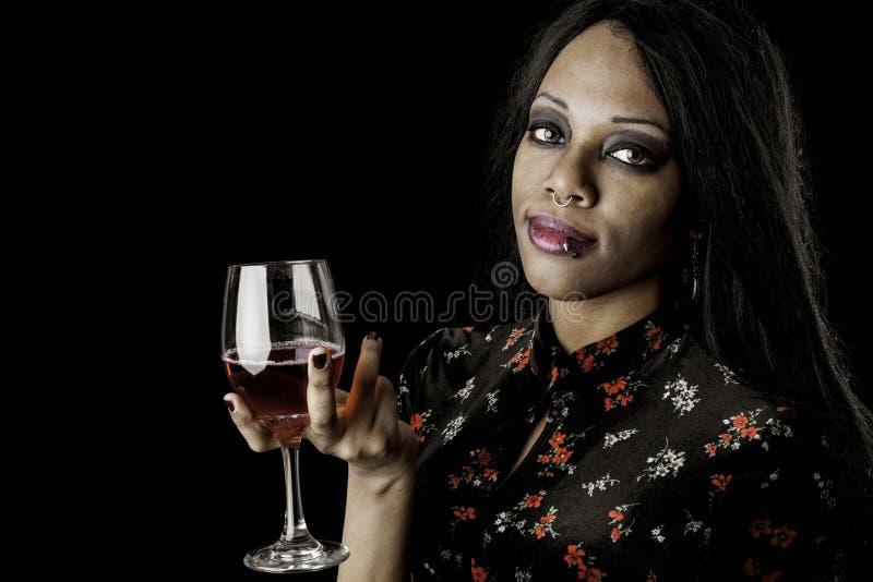 Sexigt svart kvinnainnehav per exponeringsglas av wine fotografering för bildbyråer