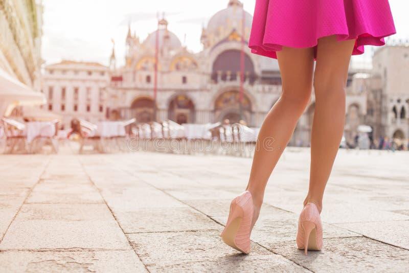 Sexigt turist- gå på St-fläckar kvadrerar i Venedig fotografering för bildbyråer