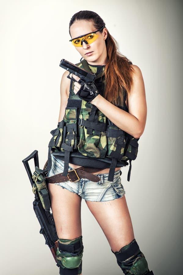 Sexigt ungt militärt posera för kvinna royaltyfri bild
