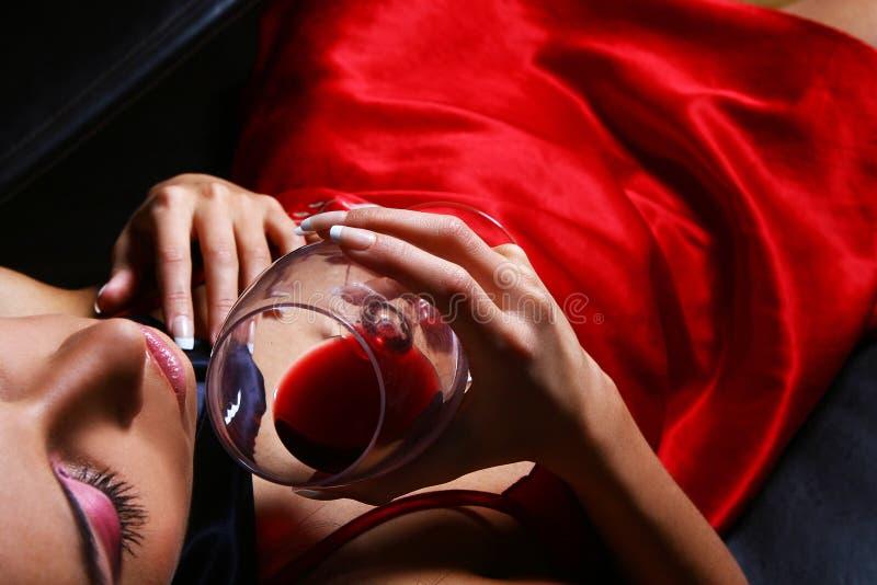 sexigt winekvinnabarn arkivfoton